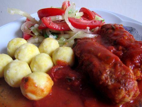 Przepis: Kiełbaski z indyka w pomidorach i kuleczki serowe