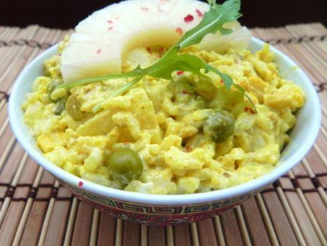 Przepis: Żółta sałatka z indykiem curry, ryżem i ananasem