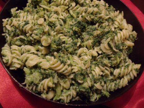Przepis: Makaron ze szpinakiem i brokułami.