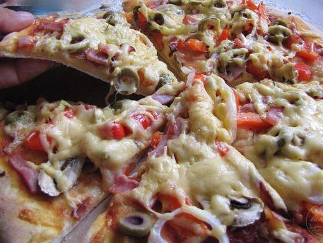 Przepis: Pizza z szynką pieczarkami i oliwkami