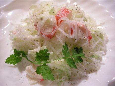 Przepis: Paluszki surimi - sałatka 2