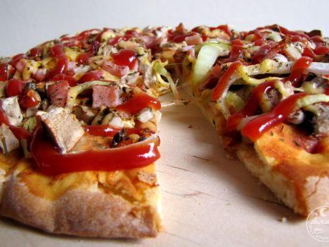 Przepis: Pizza prosta - z pieczarkami szynką i cebulą