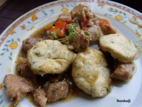 Przepis: Gulasz z ziołowymi placuszkami