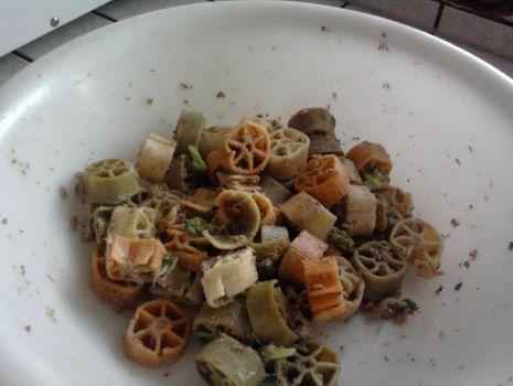 Przepis: Sałatka z makaronem, brokułem i tuńczykiem