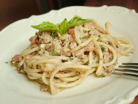 Przepis: Spaghetti z tuńczykiem i bazyliowym sosem pesto