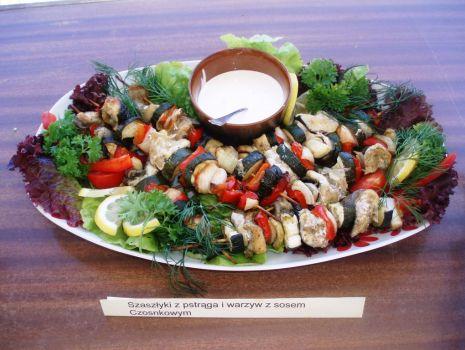 Przepis: Szaszłyki z pstrąga i warzyw z sosem czosnkowym