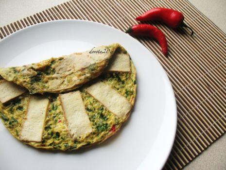 Przepis: Omlet z natką pietruszki, chilli i wędzonym tofu