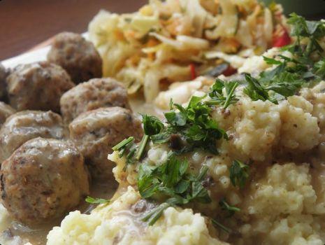 Przepis: Klopsiki mięsno-grzybowe z sosem grzybowym.