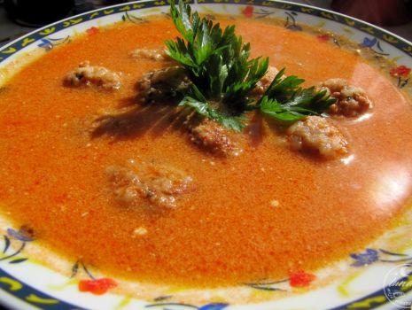Przepis: Zupa pomidorowa z pulpecikami ryżowo-mięsnymi