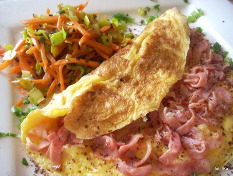 Przepis: Omlet z szynką i jarzynami