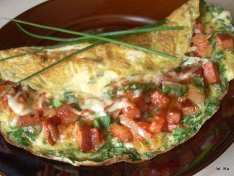 Przepis: Omlet szczypiorkowy z kiełbasą i pomidorami