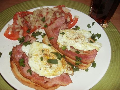 """Przepis: Śniadaniowe grzanki """"Jajo na boczku"""""""