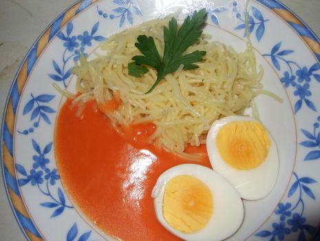 Przepis: Makaron z jajkiem w sosie pomidorowym