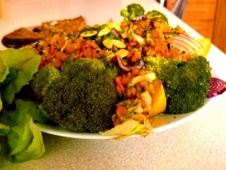 Przepis: Sałatka brokułowa z czerwoną soczewicą