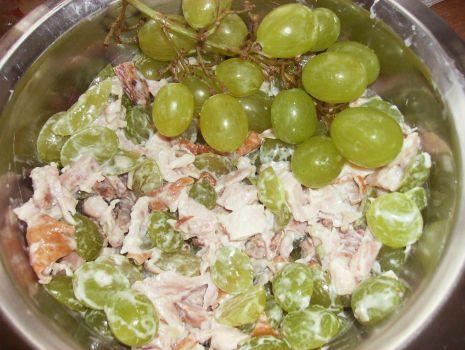 Przepis: Sałatka z wędzonego kurczaka i winogron