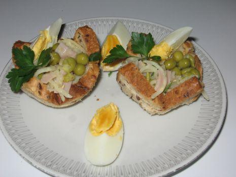 Przepis: sałatka w miseczkach z chleba