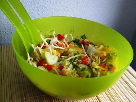 Przepis: Salatka z kielkami i mango