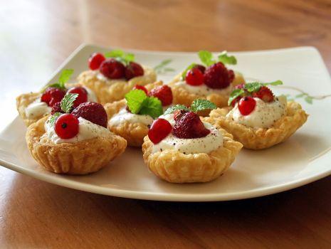 Przepis: proste tartaletki z bitą śmietaną i owocami