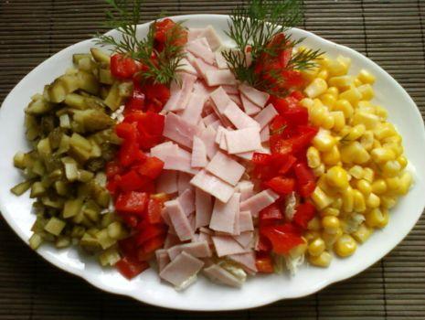 Przepis: Kolorowa sałatka z szynką