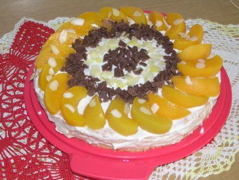 Przepis: Tort śmietanowy z brzoskwiniami