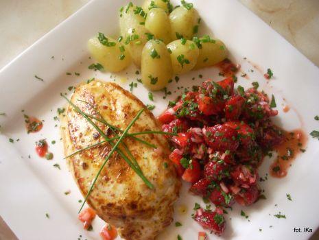 Przepis: Mocno popieprzony filet z kurczaka z salsą truskawkową