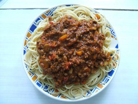 Przepis: Spagetti z mięsem mielonym,pieczarkami i papryką