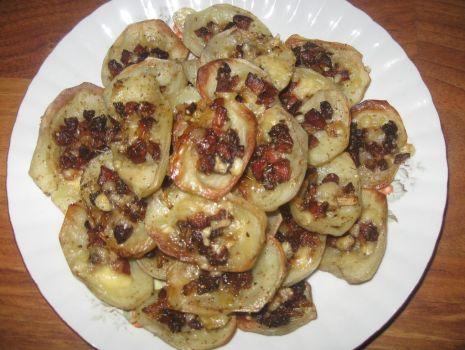 Przepis: Aromatyczne pieczone ziemniaki z kiełbasą