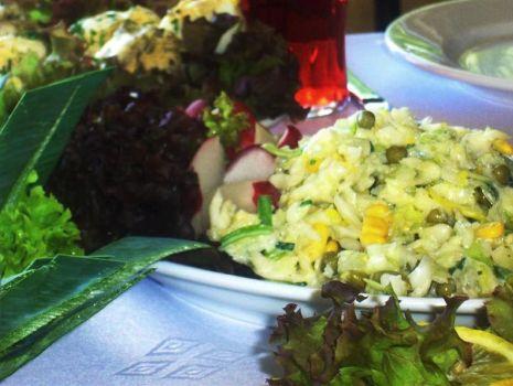 Przepis: Sałatka ze śledziem i ananasem