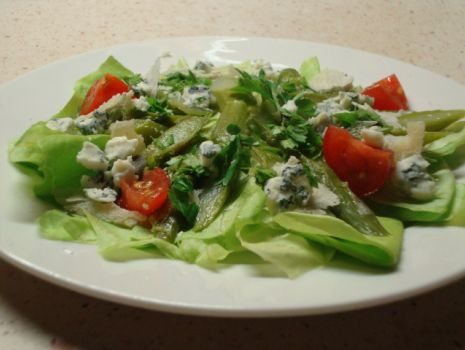 Przepis: Zielone szparagi z serami na liściach sałaty