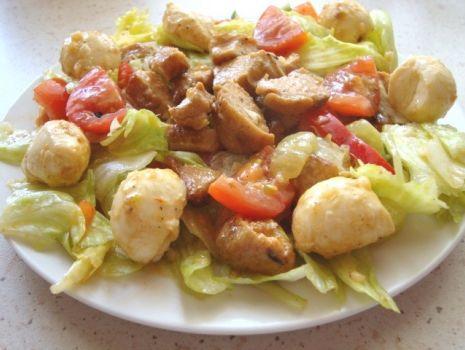 Przepis: Chrupiąca sałatka z grillowanym kurczakiem