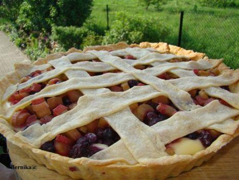 Przepis: Tarta z rabarbarem i owocami