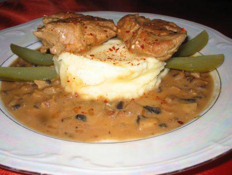 Przepis: Poledwiczki wieprzowe z sosem pieczarkowym