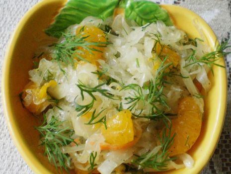 Przepis: Kapusta kiszona z mandarynkami i koperkiem :