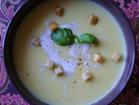 Przepis: Aksamitna kremowa zupa selerowo- serowa ze śmietanką i grzankami