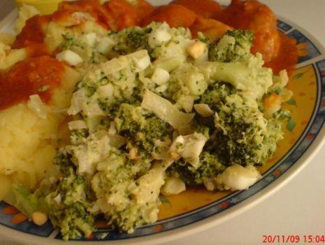 Przepis: Surówka czosnkowa z brokułami