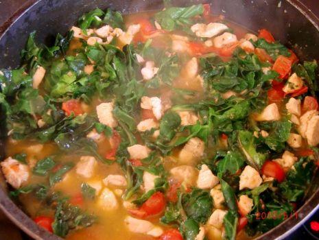 Przepis: Piersi z kurczaka ze szpinakiem i pomidorkami w sosie serowym
