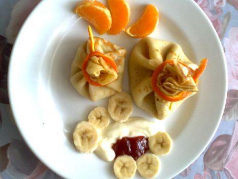 Przepis: Sakiewki naleśnikowe z bananem, serkiem homogenizowanym i dżemem truskawkowym