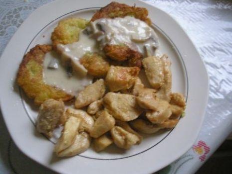 Przepis: placki z cukinii z kurczakiem i sosem pieczarkowym