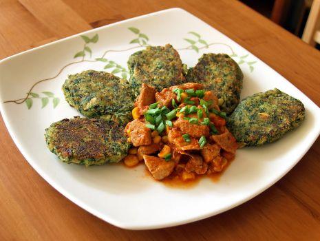 Przepis: ziemniaczano-szpinakowe kotleciki z sosem