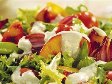 Przepis: Holenderska sałatka z czerwoną cebulą, nektarynką i serem pleśniowym
