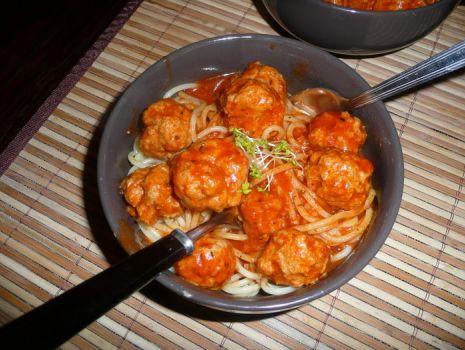 Przepis: Spaghetti z ostrymi kuleczkami w pomidorowym pikantnym sosie