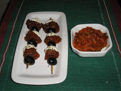Przepis: Szaszłyki z mozzarellą, suszonymi pomidorami i oliwkami