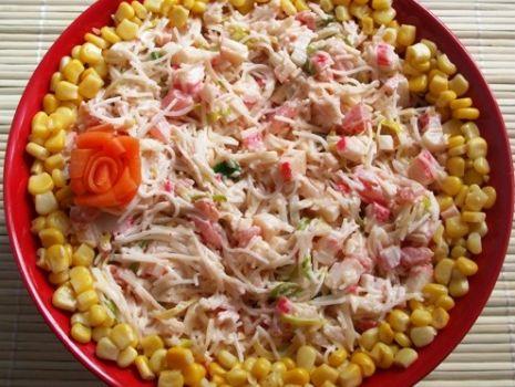 Przepis: Salatka z makaronem ryzowym i surimi
