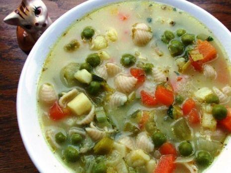 Przepis: Warzywna zupa z makaronem i serkami
