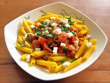 Przepis: makaron z sosem pomidorowym i kiełbaskami