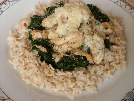 Przepis: Kurczak  z ryżem, szpinakiem i sosemm koperkowym