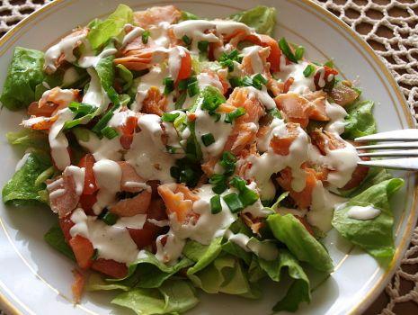 Przepis: Smaczna sałatka z wędzonym łososiem