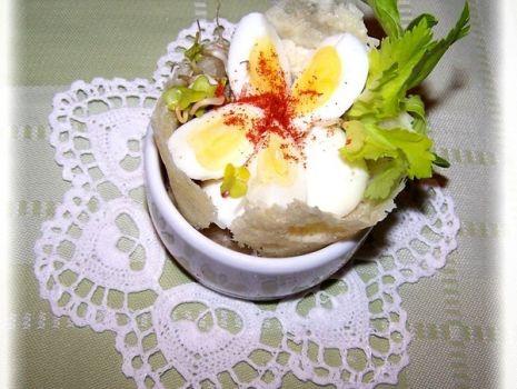 Przepis: Jajka przepiórcze w serowym kołnierzyku