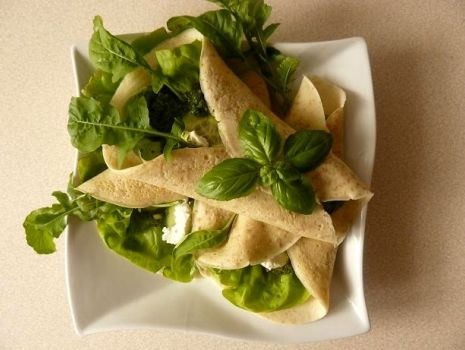 Przepis: Zielone naleśniki z kozim serem