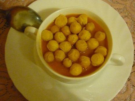 Przepis: Szybka zupa-krem pomidorowa z groszkiem ptysiowym.